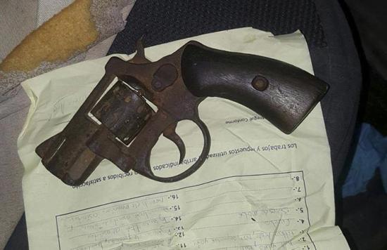 Incautan un arma  y dos balas