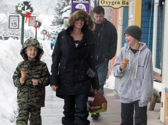 Angelina Jolie con sus hijos y sin Brad