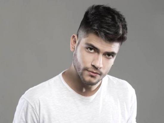 Javier Neira demuestra  su versatilidad musical cantando reguetón