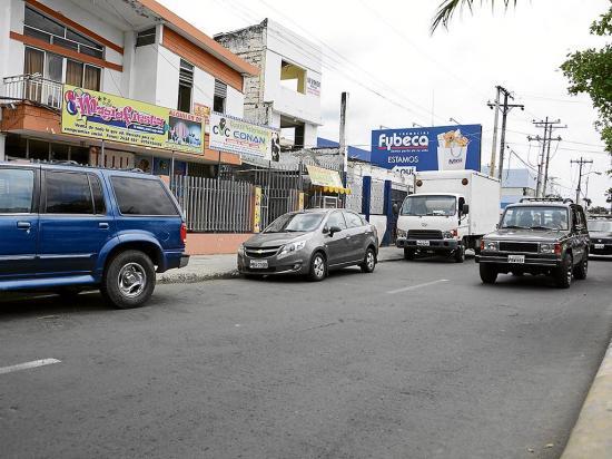 Más comercios en la avenida Manabí