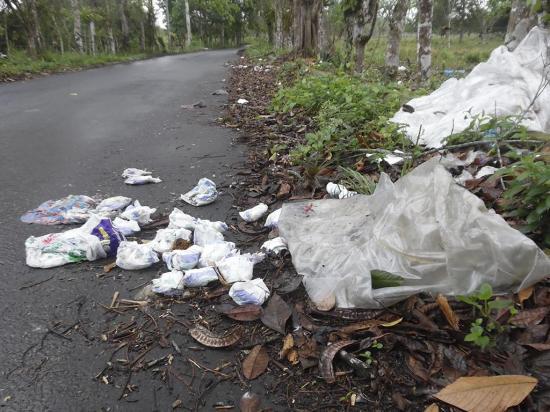 Malestar por  basura en la vía