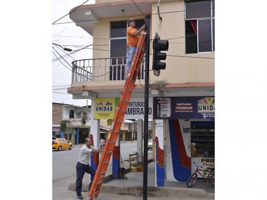 Municipio repara semáforos dañados