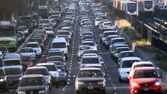 Hay más casos de demencia cerca de las calles con mucho tráfico, según estudio