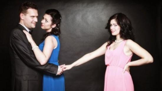 Las mujeres sí desean más a los hombres con pareja, según estudio