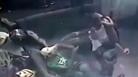 El 'padre sicario' asesina mientras carga a su hija en brazos