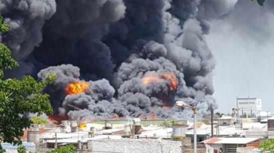Controlan aparatoso incendio en fábrica de colchones en localidad argentina