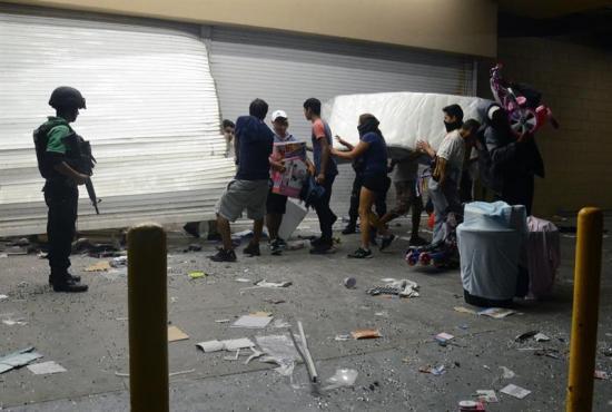 Ciudadanos armados con palos y machetes contienen a saqueadores en Veracruz