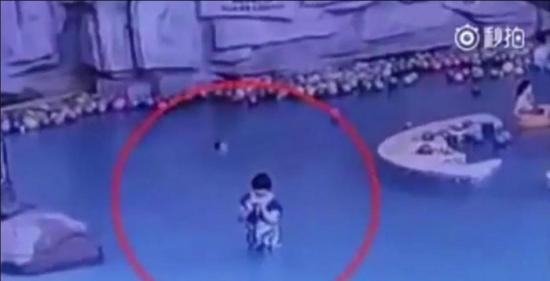 Niño se ahoga mientras su madre estaba distraída con el celular