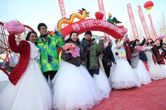 Parejas chinas se casan en medio del hielo en el Festival de Harbin