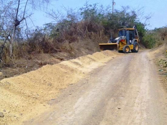 Cierran zanjas en Río Muchacho y prometen mantenimiento de vía