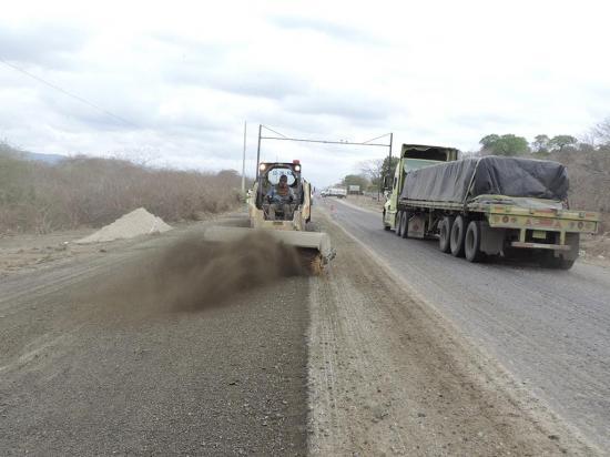 Rehabilitación de la vía Montecristi - Jipijapa con un 26 % de avance