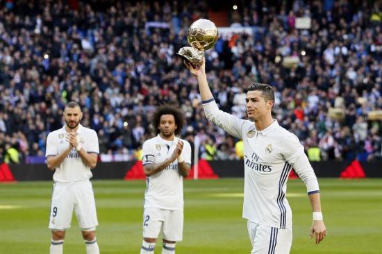 Cristiano Ronaldo dedica el Balón de Oro a los hinchas, rodeado de las leyendas del Real Madrid