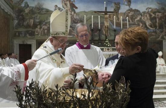 El papa bautizó a 28 niños y niñas en la Capilla Sixtina