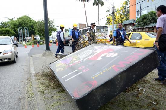 Quitan obstáculos en avenida Manabí