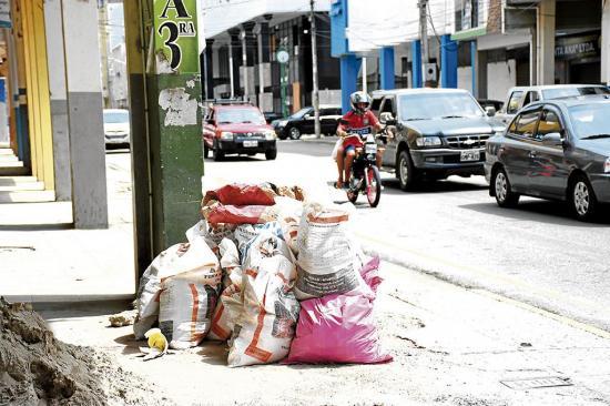 Evacúan escombros de trabajos en viviendas en reparación en 'zona cero'