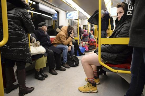 Neoyorquinos pasean en tren sin pantalones