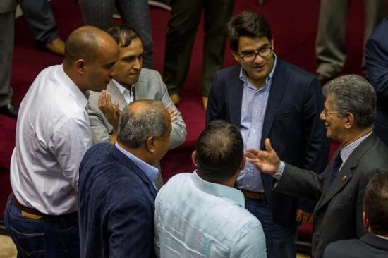 El Parlamento venezolano declara el abandono de cargo del presidente Maduro