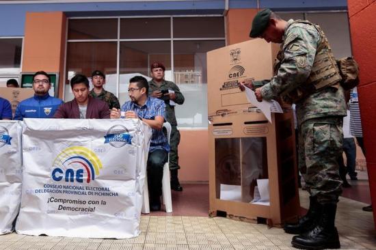Reforma laboral, guarderías y hasta retoque de barba en la campaña en Ecuador