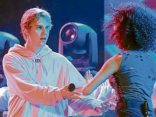 Bieber gana críticas tras presentación