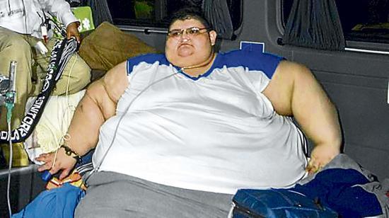Hombre que pesa 590 kilos  desea manejar un auto