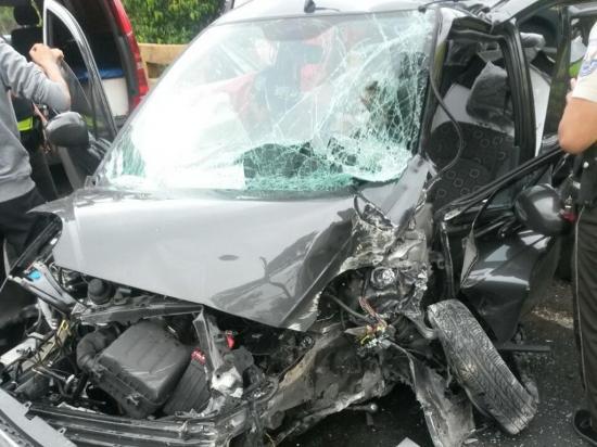 Queda herido al perder el control del auto en el que iba