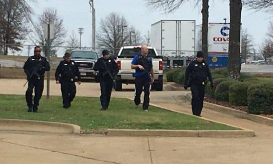 Un hombre armado retiene a varias personas en un campus universitario de EE.UU.