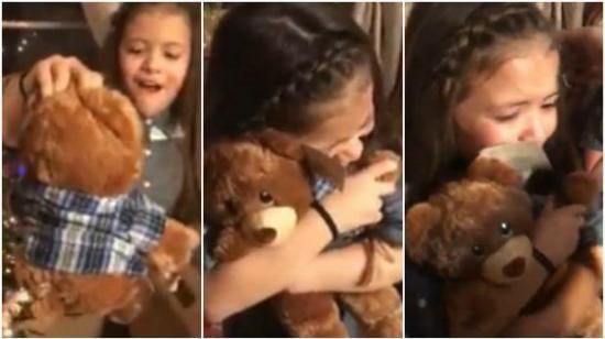 Niñas lloran al recibir un peluche que reproduce la voz de su abuelo fallecido