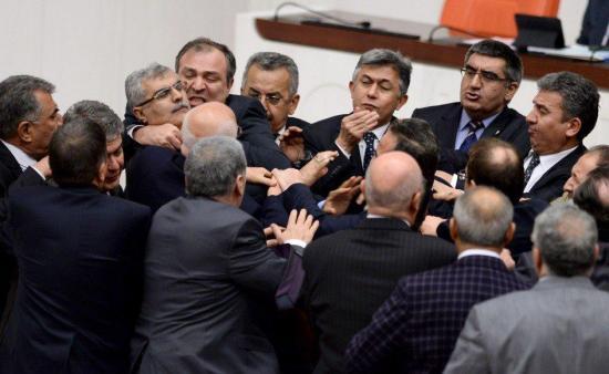 Una pelea a puñetazos atrasa el debate constitucional en el Parlamento turco