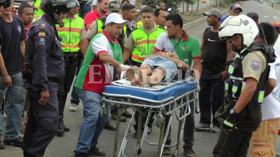 Dos motociclistas resultan heridos tras chocar con tráiler en la vía Portoviejo-Manta