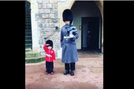 Guardia real rompe el protocolo y se toma una foto con un niño