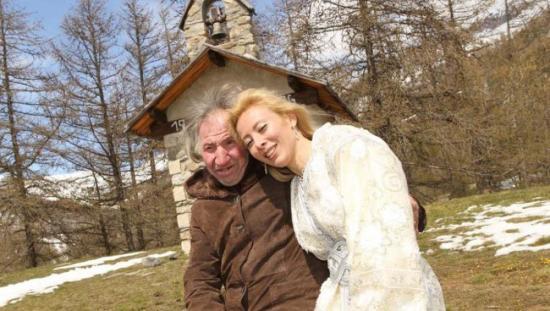 Una mujer se casa con un millonario y cuando él muere descubre que la ha desheredado