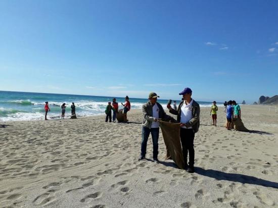 Más de cien voluntarios limpian las playas de Manta