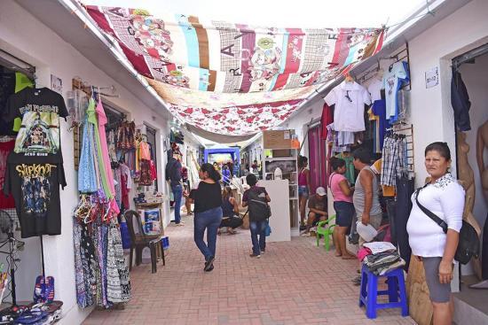 Comerciantes se protegen del sol con sábanas y lonas