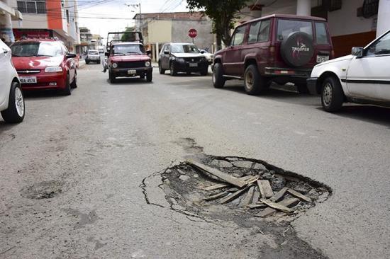 Bacheo por daños en calles de Manta