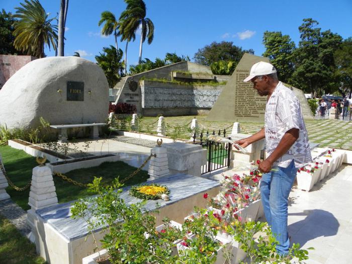 El actor estadounidense Danny Glover visita la tumba de Fidel Castro en Cuba