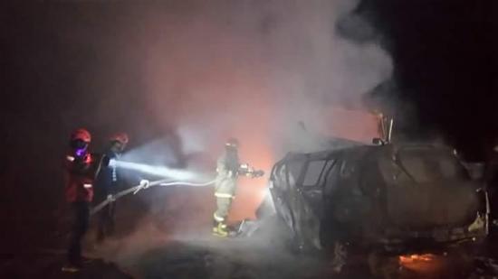 Un hombre fallecido y dos vehículos incinerados en la vía Jipijapa-Guayaquil