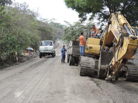Inician los trabajos de rehabilitación en la vía Jipijapa-Noboa