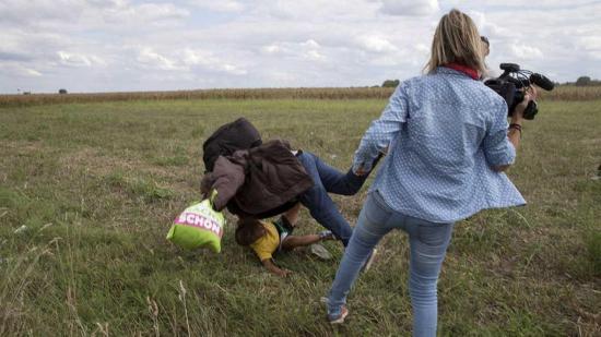 Periodista que pateó a refugiados fue sentenciada a 3 años de libertad condicional
