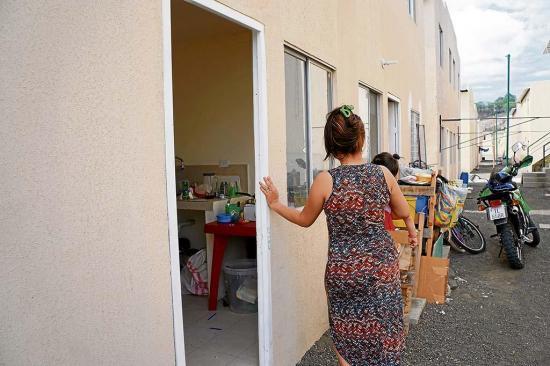 Supuesta invasora afirma que en el Miduvi le dieron llaves de vivienda