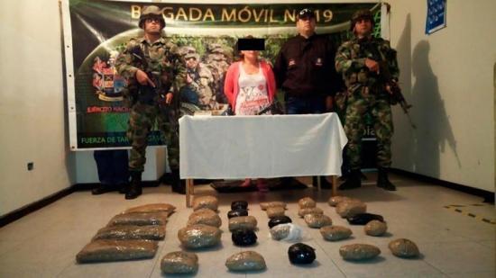 Ejército de Colombia captura a mujer del ELN con armas y pasta base de coca