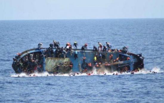 Recuperan 8 cuerpos y hay decenas de desaparecidos en naufragio frente Libia