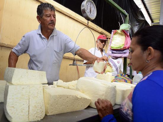 El queso mantiene su precio en $ 2,50 y el  plátano está a la baja