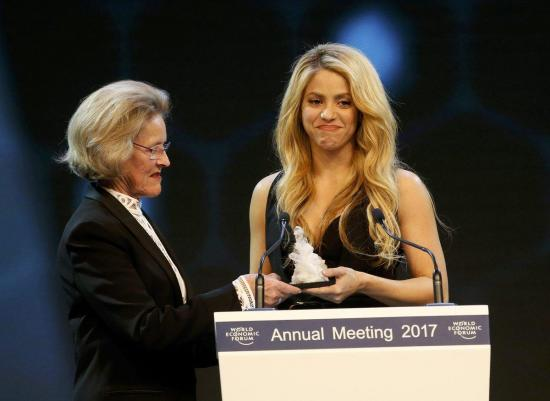 Shakira recibe galardón mundial por su apoyo a la educación