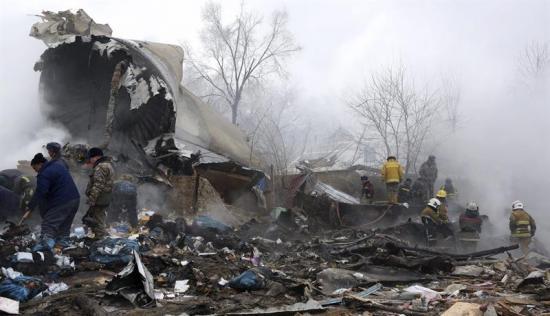 Al menos 32 muertos al caer un avión de carga sobre viviendas en Kirguizistán