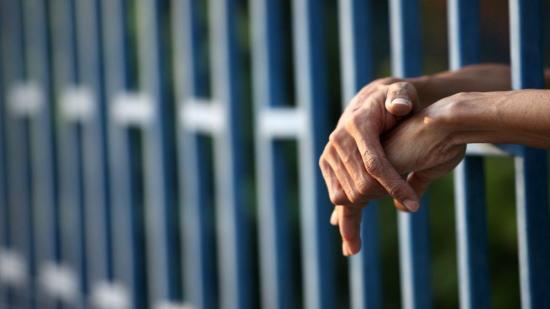 Un preso se cose la boca porque un juez no le redujo la condena