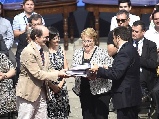 Michelle Bachelet  recibe propuestas para nueva Constitución