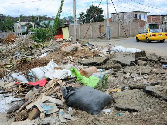 Terreno lleno de basura incomoda