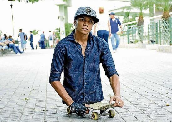 El talento de 'Alca': No tiene piernas, pero practica surf y skate