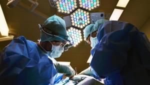 Médicos operan a una mujer de 104 años del corazón con anestesia local