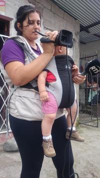Gisela es reportera, camarógrafa y madre a la vez